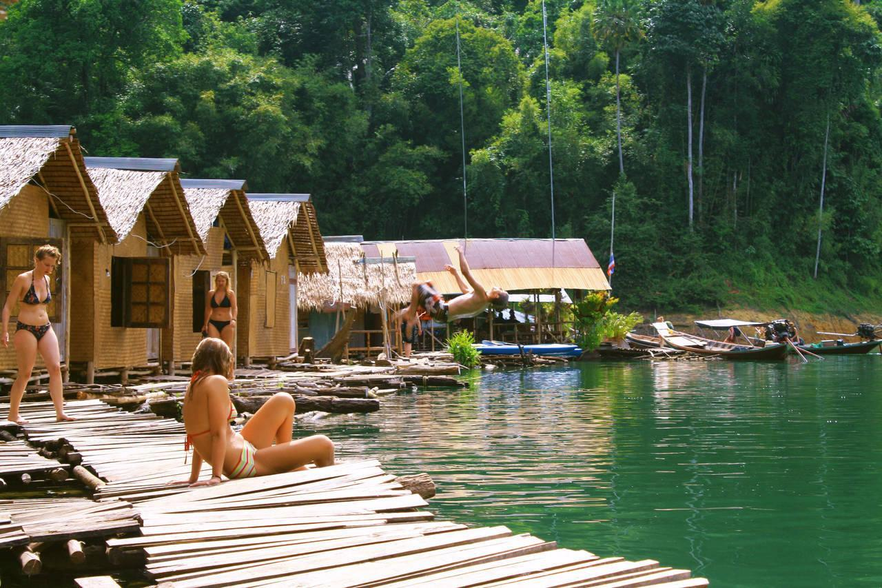 Robinzon bamboo houses in the midlle of the lake
